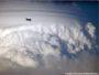 El avión vuela encima de la nube