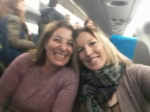 Junto a Claudia, su prima, que la animó a volar