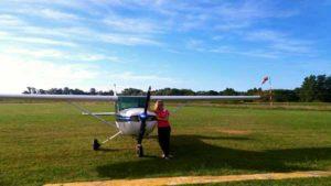 Natalia junto al avión que vuela