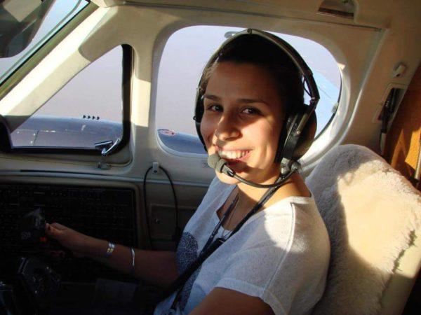 Debora Altuna volando en su propio avión