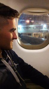 Juan Ignacio mirando por la ventanilla