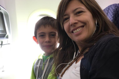 María junto a su hijo