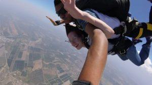 Belinda en paracaídas