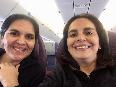 Karla junto a su hermana