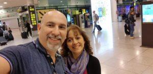 Junto a su esposo, en el aeropuerto