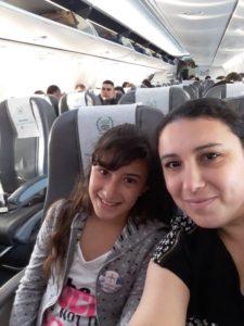 Vicky junto a su mamá en su primer vuelo